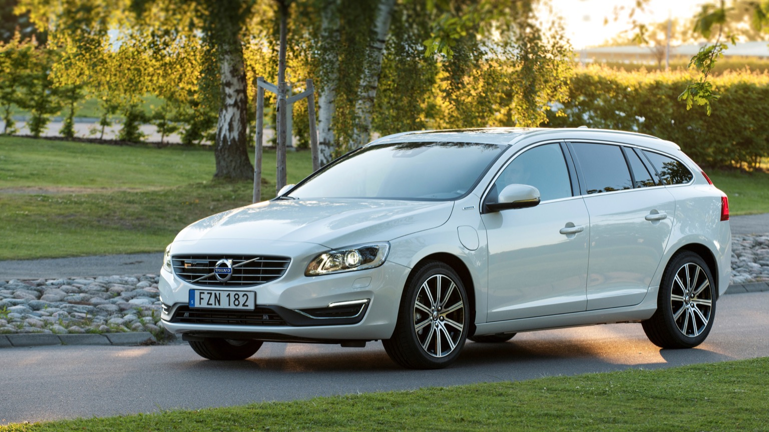 volvo v60 d6 awd 2015 2018 price and specifications ev. Black Bedroom Furniture Sets. Home Design Ideas